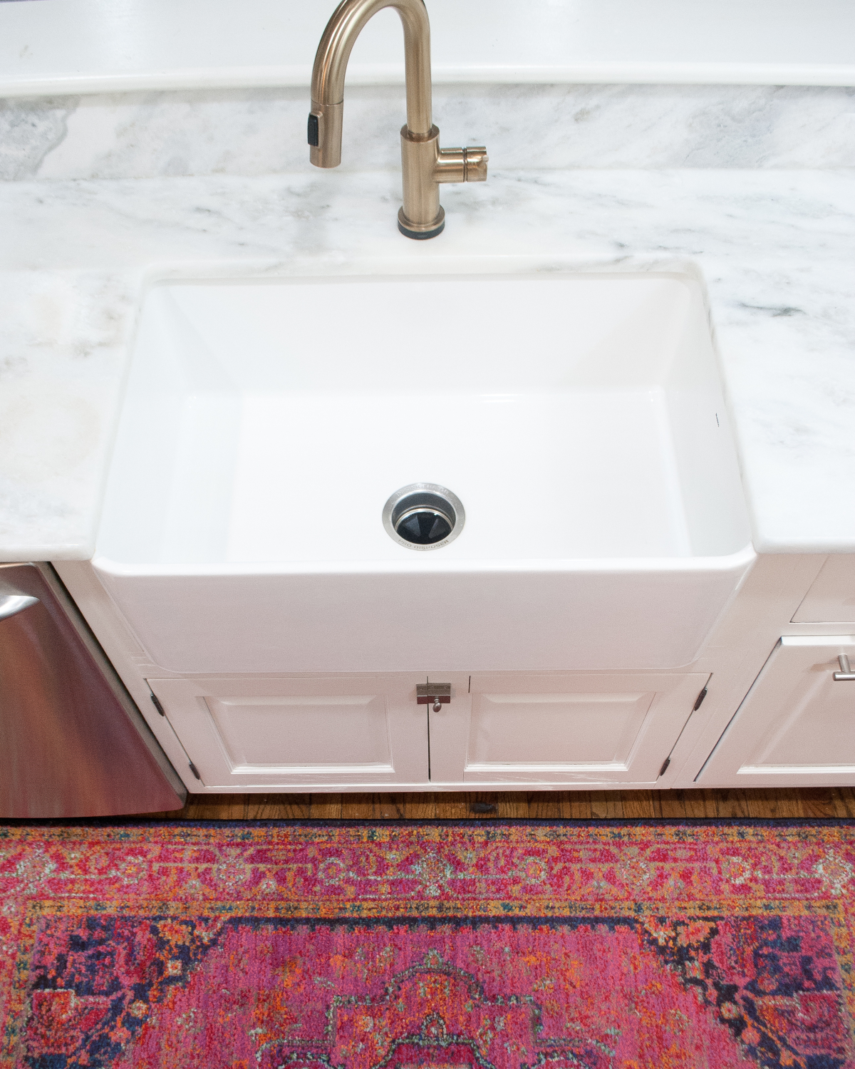 How to clean a farmhouse sink so it looks brand new, in about a minute!