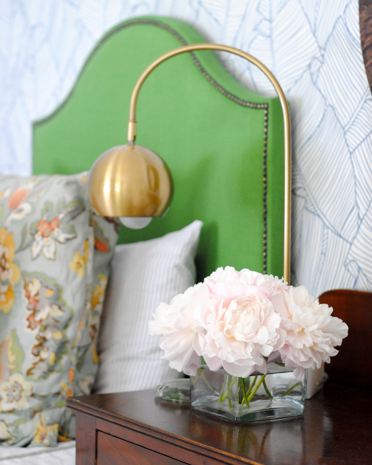 DIY kelly green upholstered headboard - get a full tutorial on how you can make this gorgeous linen headboard with brass nailheads YOURSELF!!