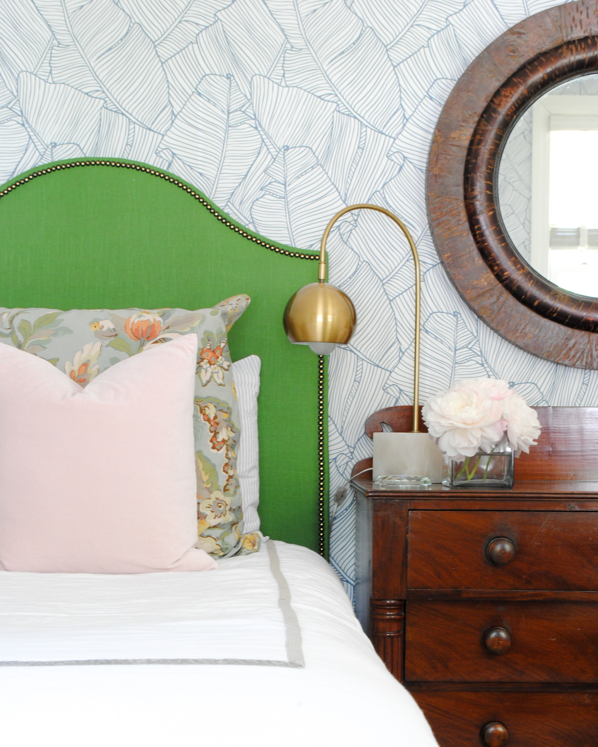 Gorgeous DIY kelly green upholstered headboards - how to make them including how to add that amazing nailhead trim!!