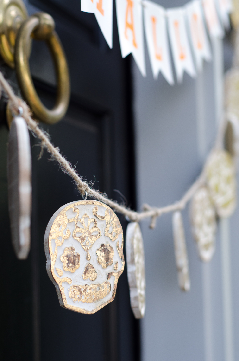 Easy Halloween decorating - Halloween front door ideas that are classic and just a little bit glam!