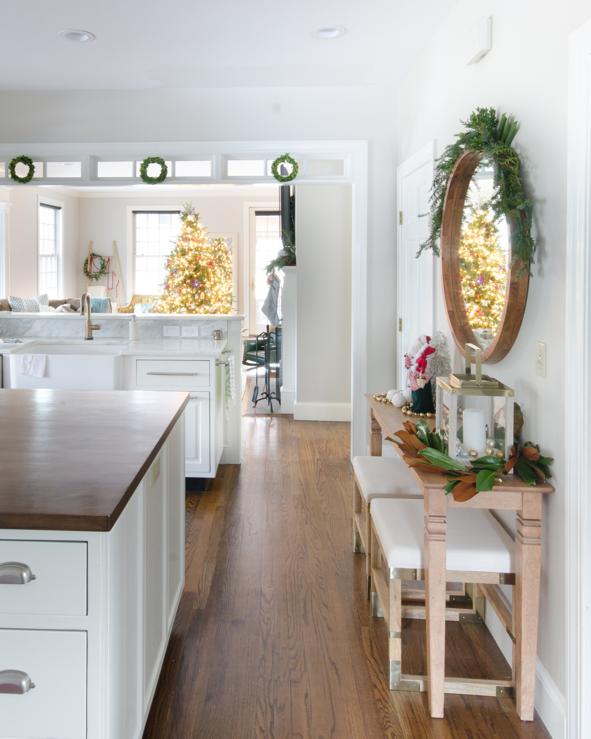 classic-christmas-mudroom-and-family-room-25