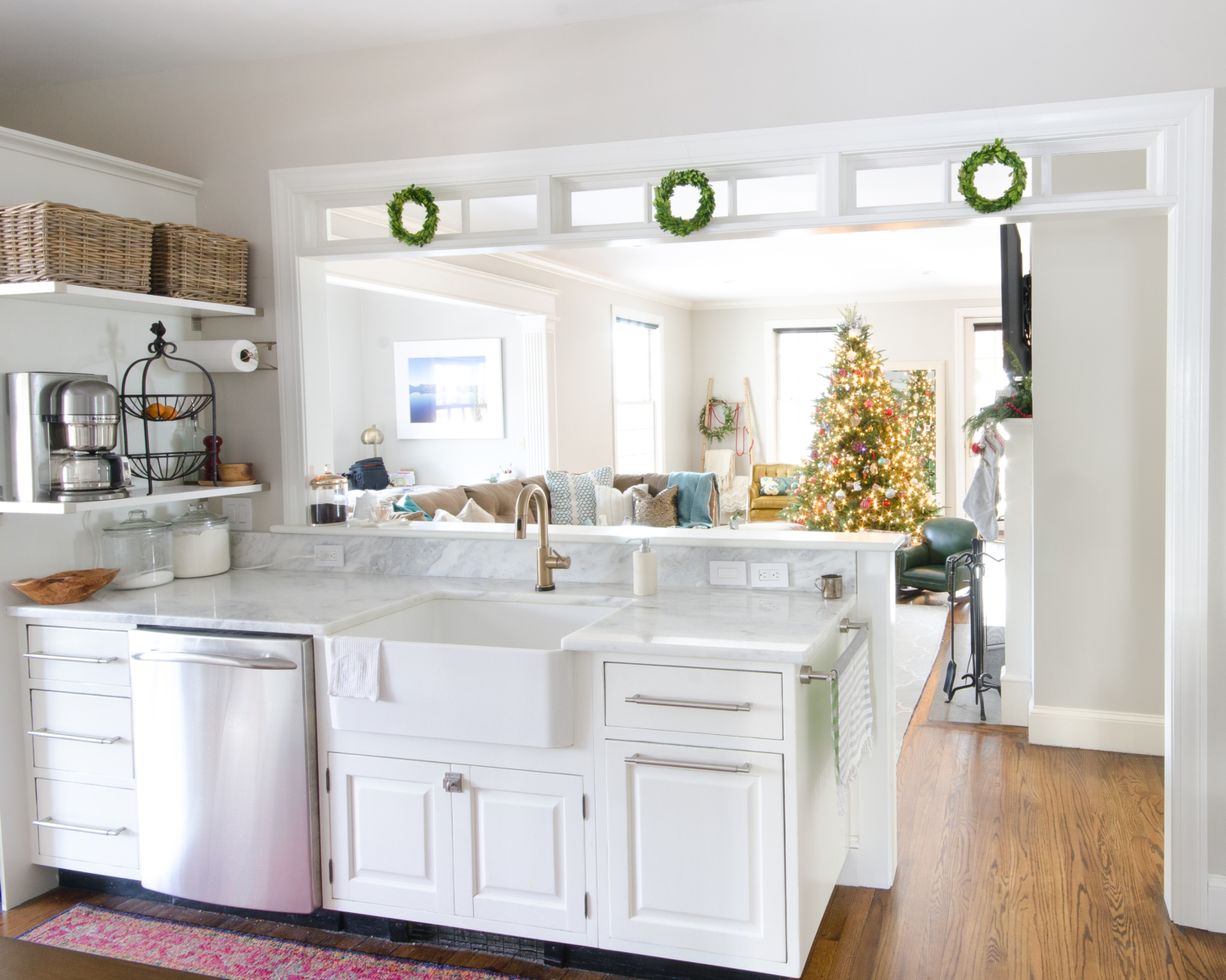 classic-christmas-mudroom-and-family-room-3