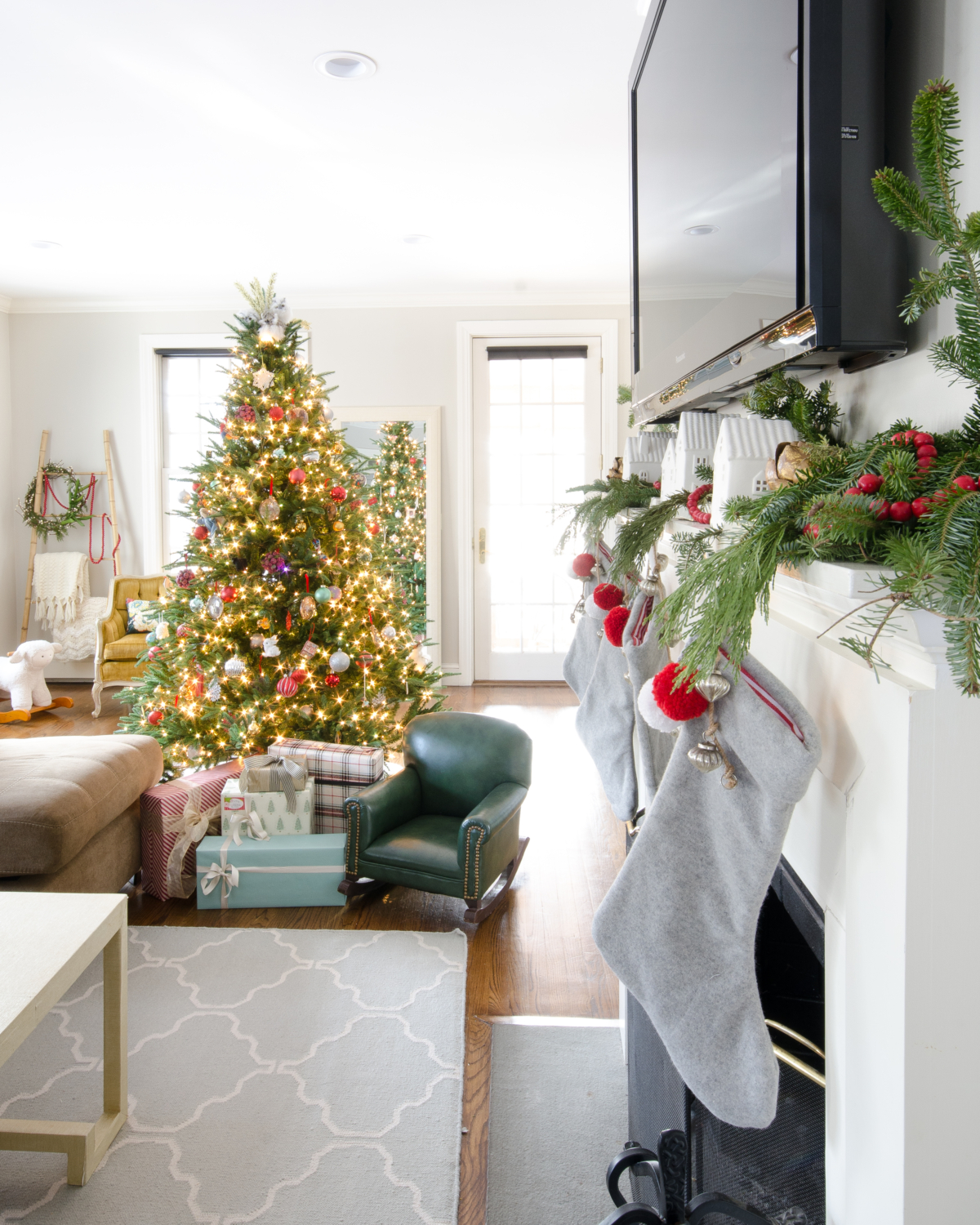 classic-christmas-mudroom-and-family-room-5