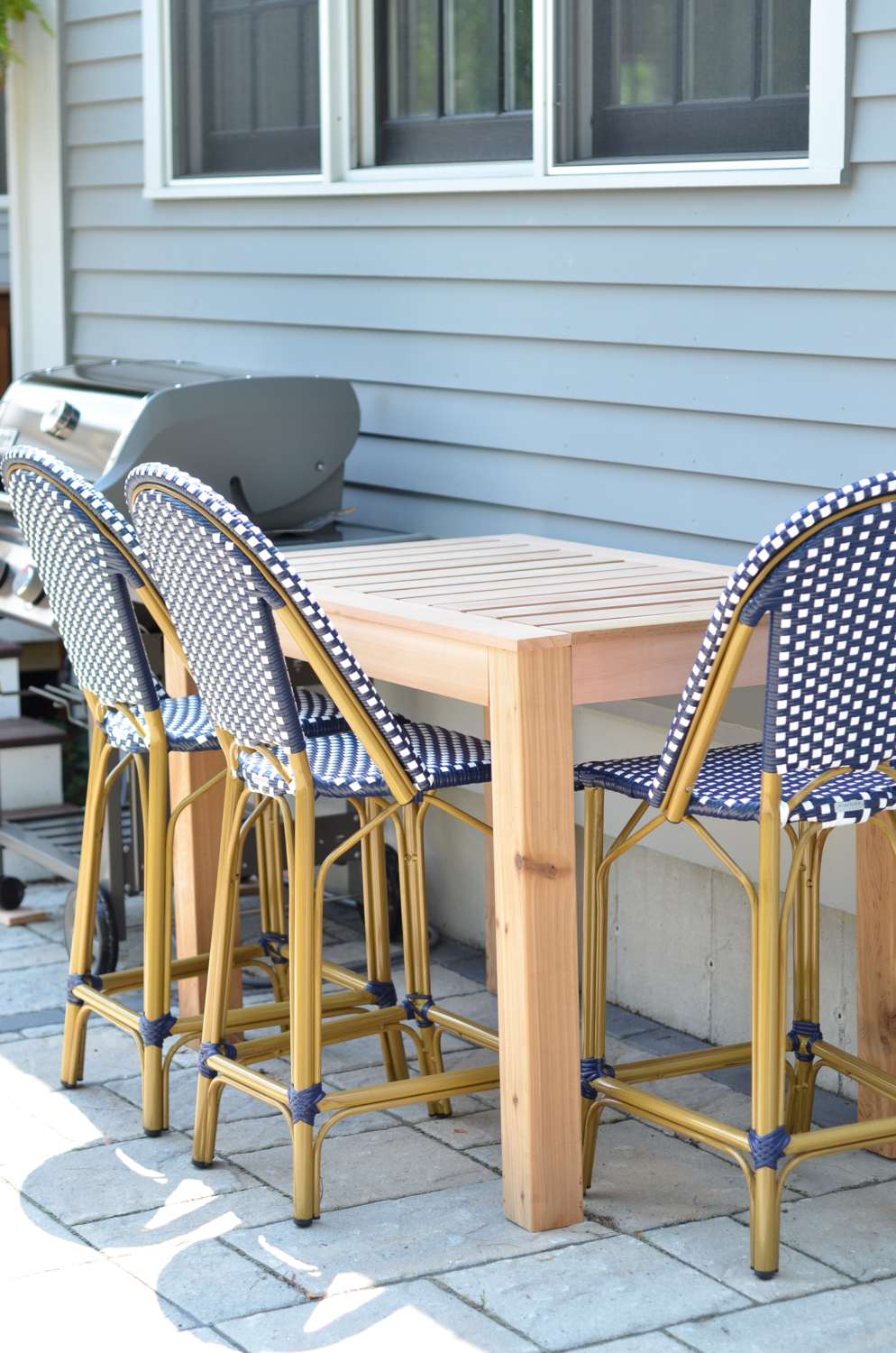 FREE plans for building this DIY outdoor bar table - super easy and perfect for next to a grill, for extra seating, for serving space, or as a drinks station!